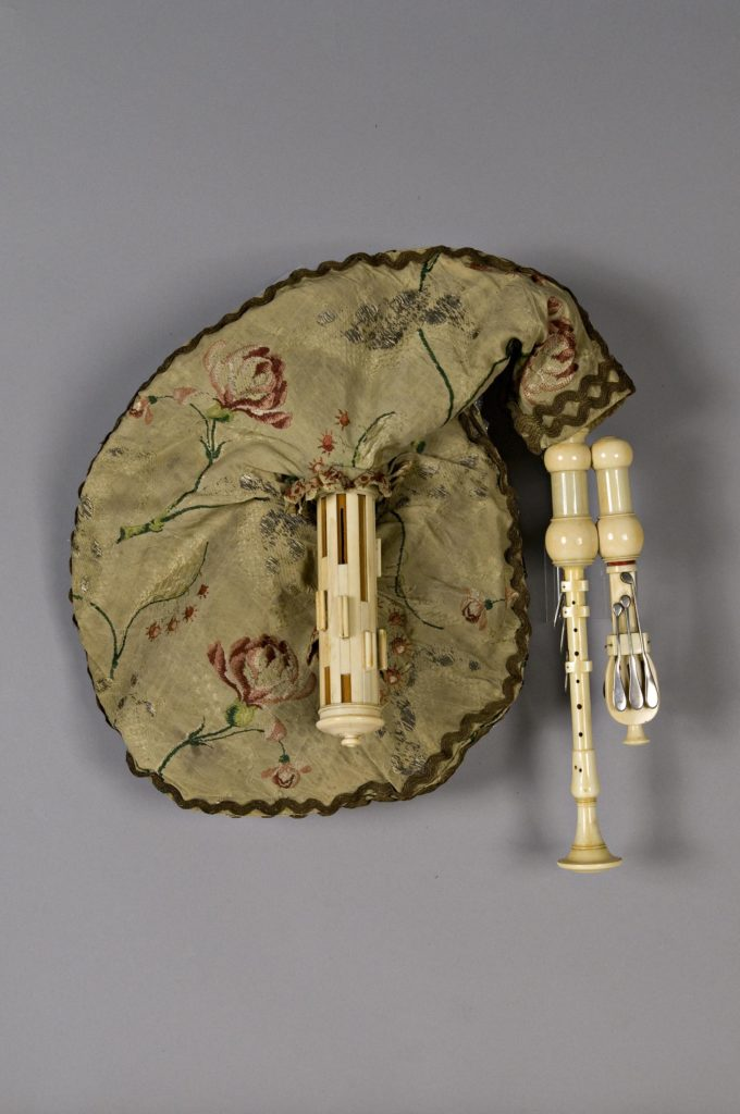 Musette de cour ivoire, douze clefs argent. XVIIIème
