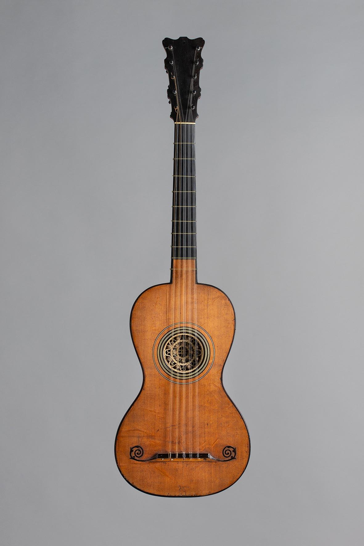 Guitare en «bateau» à 10 cordes par Pierre MICHELOT