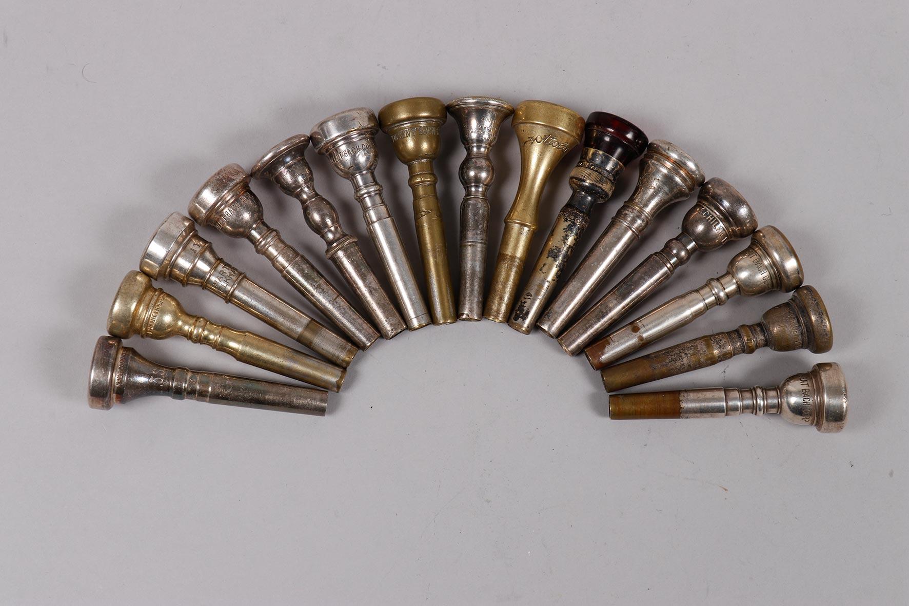 Ensemble de quinze embouchures de trompettes avec signatures