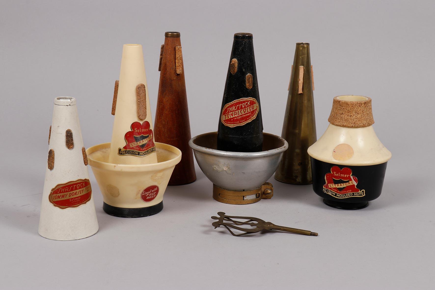 Ensemble de six sourdines de trompettes en cuivre, bois et plastique