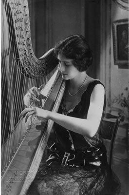 Henriette Renié jouant une harpe Erard