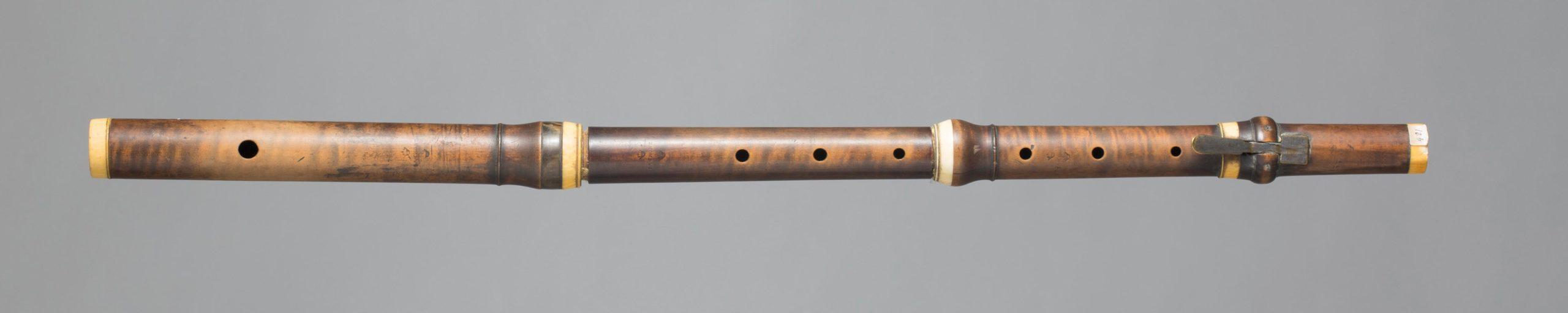 Flûte en buis, une clef carrée probablement changée, bagues ivoire, de I.A. CRONE à Leipzig. Fin XVIIIème début XIXème. Collection Samoyault