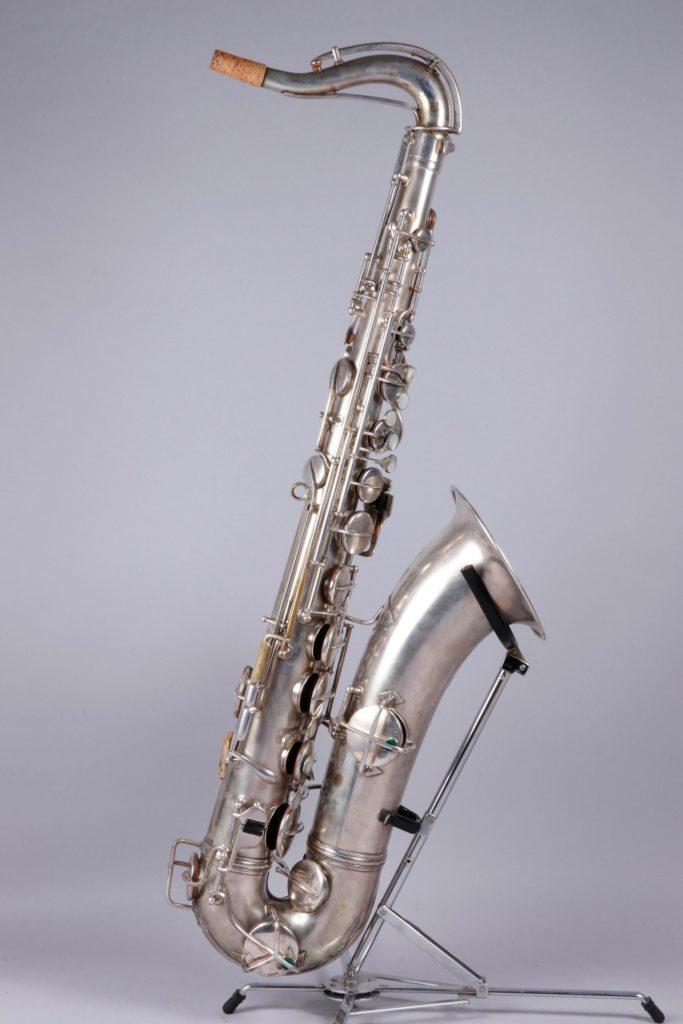 Saxophone ténor en métal argenté, pavillon gravé, de CONN
