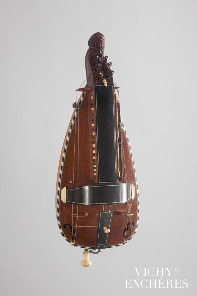 Vielle à roue par P. LOUVET à Paris, XVIIIème