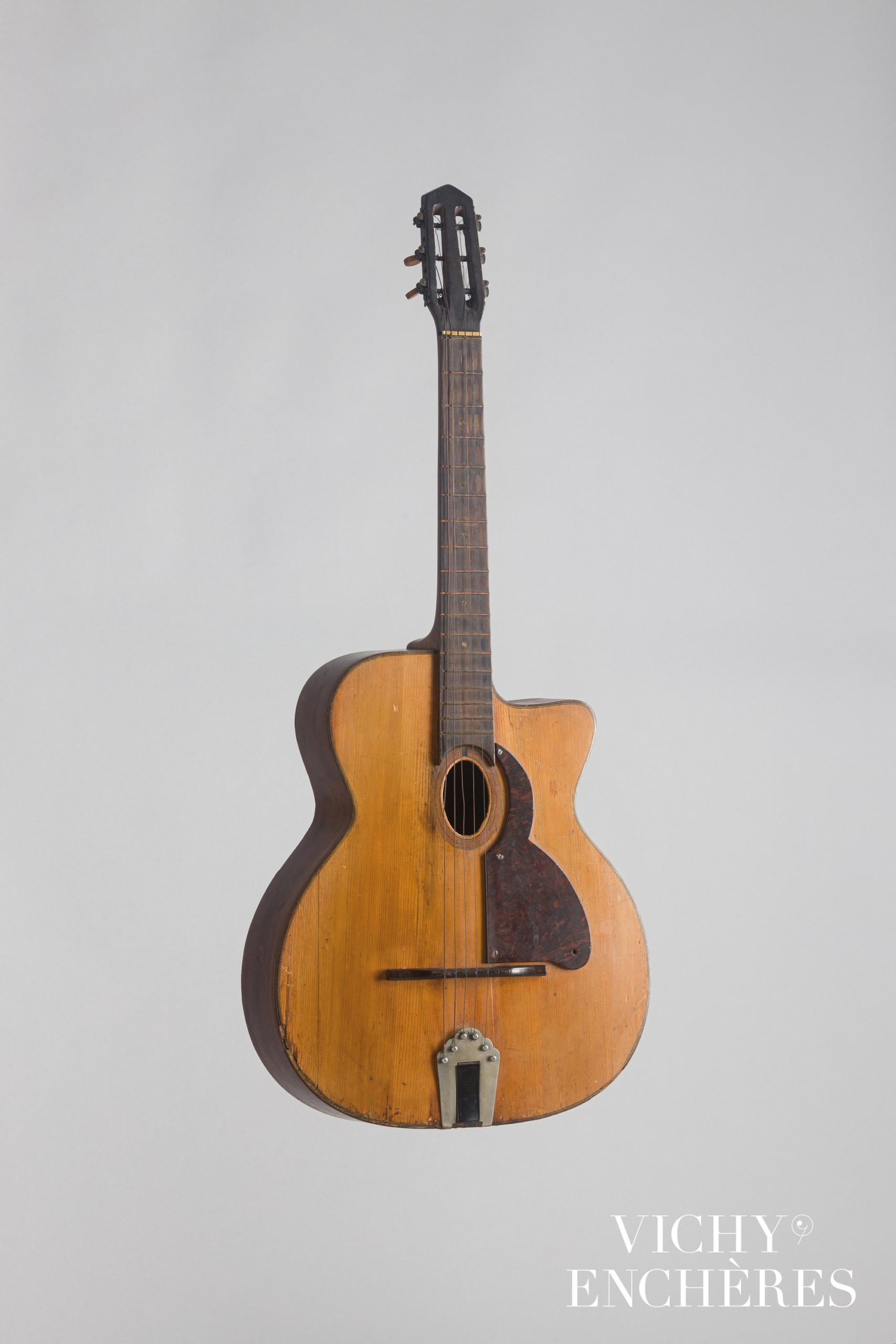 Guitare jazz à pans coupés, de Bortolo BUSATO